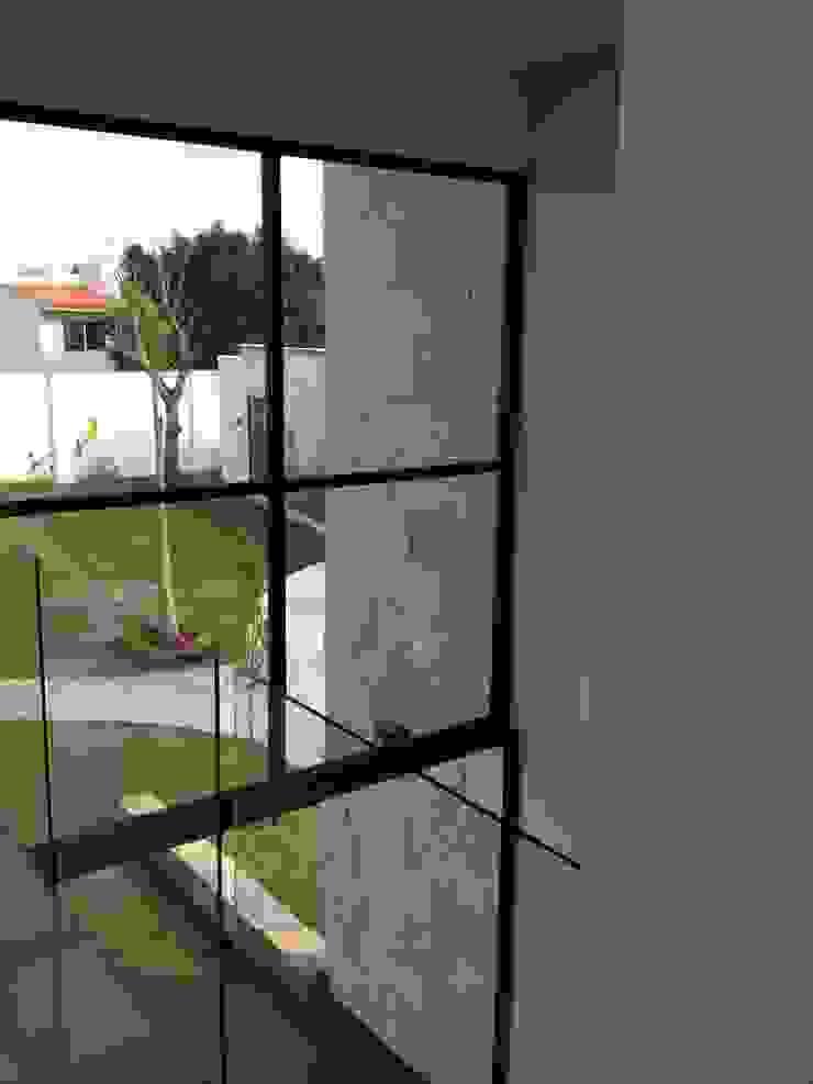 Bosques de Jiutepec Paredes y pisos de estilo minimalista de DYE-ARQUITECTURA Minimalista Hierro/Acero