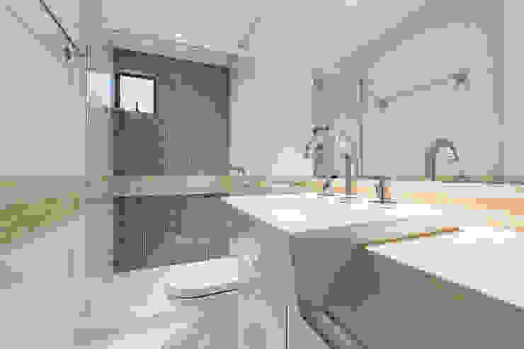 Apartamento em Curitiba - PR. Banheiros modernos por DOM Arquitetura e Interiores Moderno