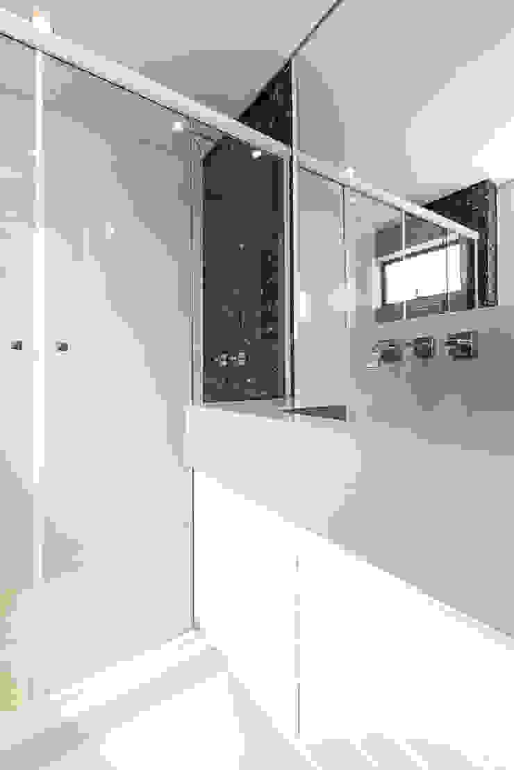 Apartamento em Curitiba – PR. Banheiros modernos por DOM Arquitetura e Interiores Moderno