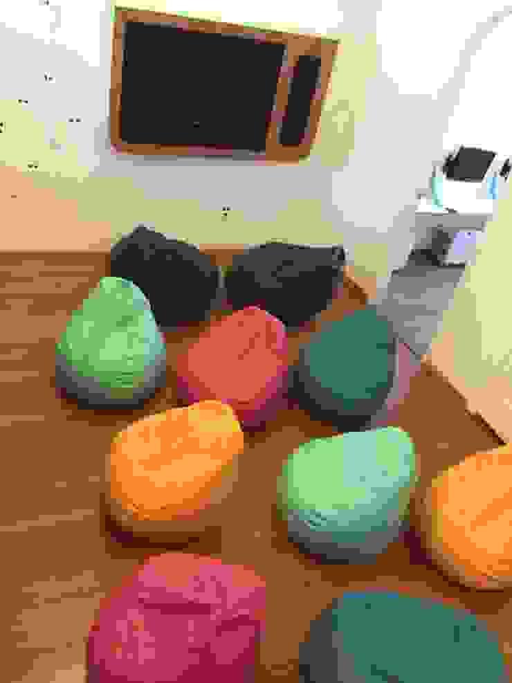 Puffs para área de tu Espacios comerciales de estilo minimalista de AMÉTRICO ESTUDIO Minimalista