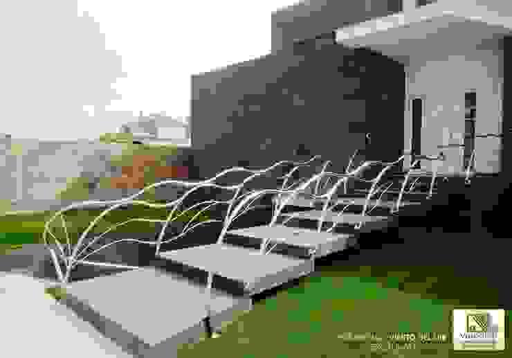 BARANDILLA VIENTO DEL SUR, ESCALINATA VELLOCINOS Pasillos, vestíbulos y escaleras de estilo moderno Hierro/Acero Metálico/Plateado