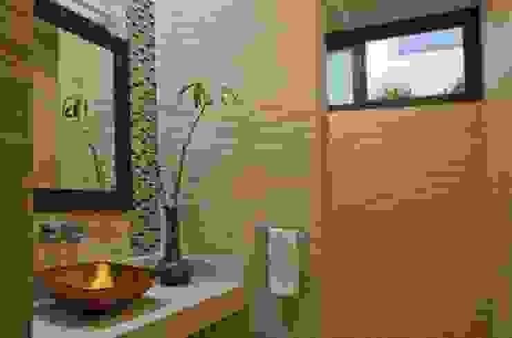 BAÑO DE VISITAS RESIDENCIA JC-ROA: Baños de estilo  por AIDA TRACONIS ARQUITECTOS EN MERIDA YUCATAN MEXICO,