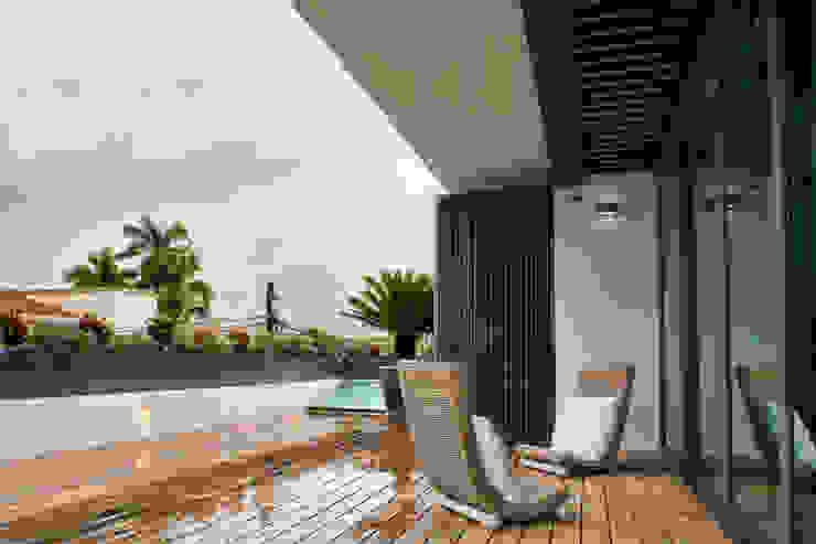 ROOF GARDEN MASTER ROOM EN RESIDENCIA JC-ROA Balcones y terrazas de estilo moderno de AIDA TRACONIS ARQUITECTOS EN MERIDA YUCATAN MEXICO Moderno