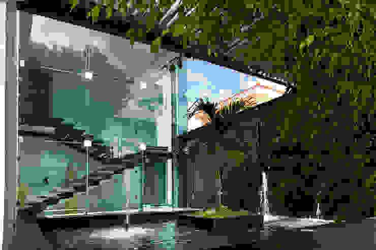 ESPEJO DE AGUA EN RESIDENCIA JC-ROA Jardines modernos de AIDA TRACONIS ARQUITECTOS EN MERIDA YUCATAN MEXICO Moderno
