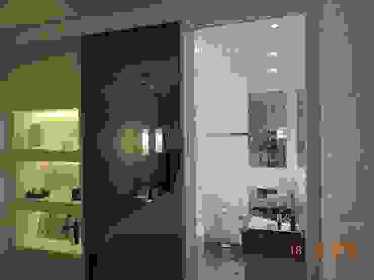 Suíte Casal Quartos modernos por Melanie Kiss Design de interiores Moderno Vidro