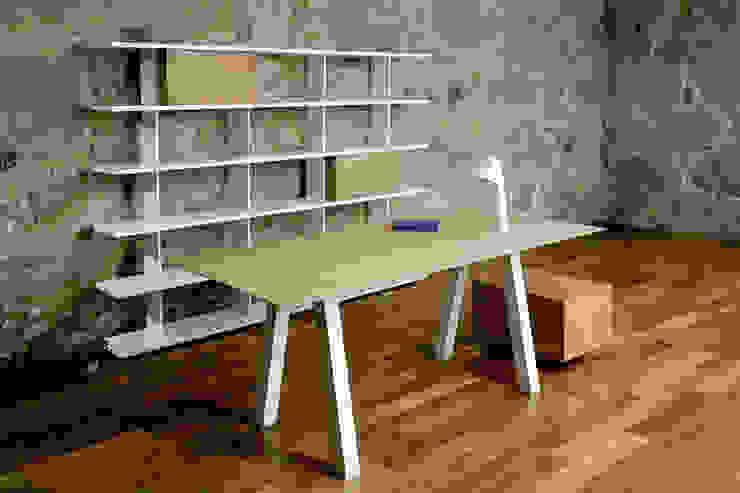 Estante e Mesa Block em ambiente de escritório por Boa Safra Minimalista Derivados de madeira Transparente