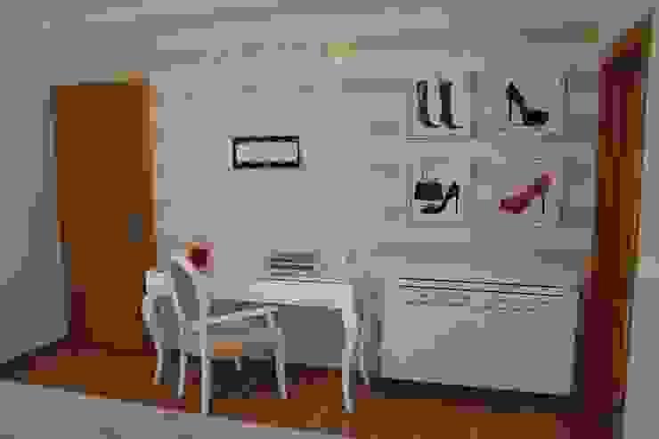 Klasyczna sypialnia od Andreia Louraço - Designer de Interiores (Contacto: atelier.andreialouraco@gmail.com) Klasyczny Drewno O efekcie drewna