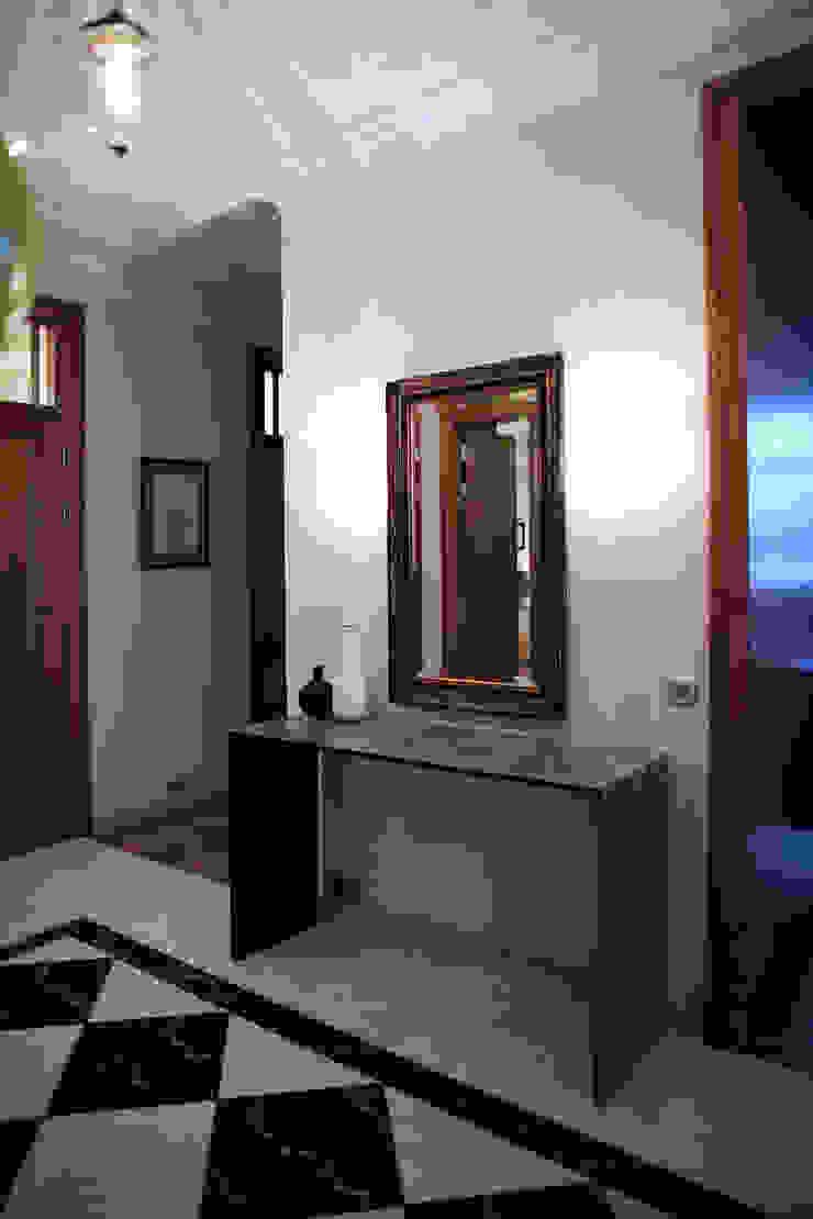 квартира для бабушки и дедушки Коридор, прихожая и лестница в эклектичном стиле от Circus28_interior Эклектичный