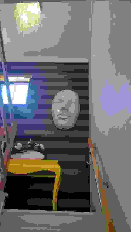 Pasillos, vestíbulos y escaleras de estilo moderno de Andreia Louraço - Designer de Interiores (Contacto: atelier.andreialouraco@gmail.com) Moderno Madera Acabado en madera