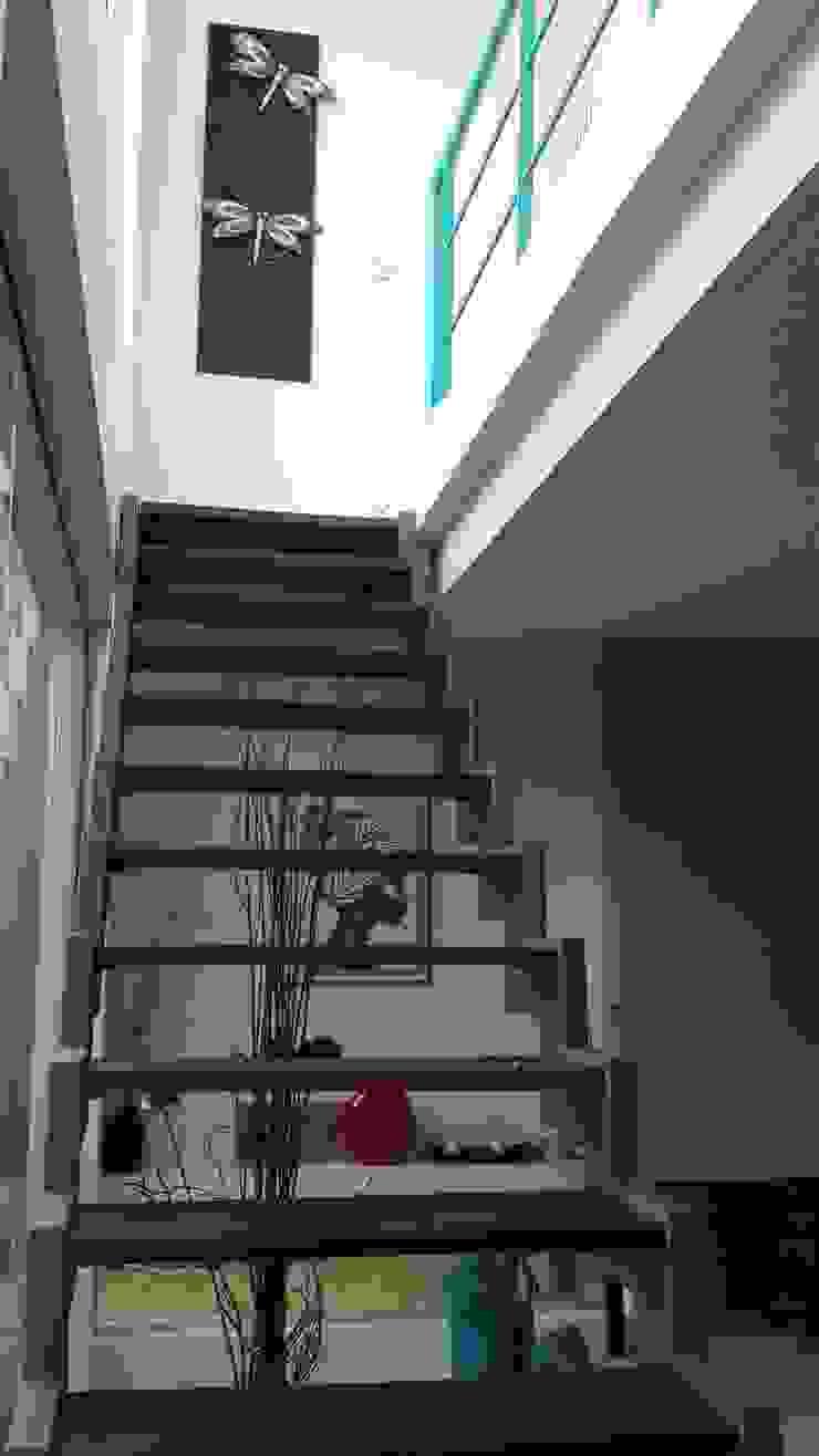 Casa en Los Lagos – Nordelta Pasillos, vestíbulos y escaleras modernos de Arquitectos Building M&CC - (Marcelo Rueda, Claudio Castiglia y Claudia Rueda) Moderno