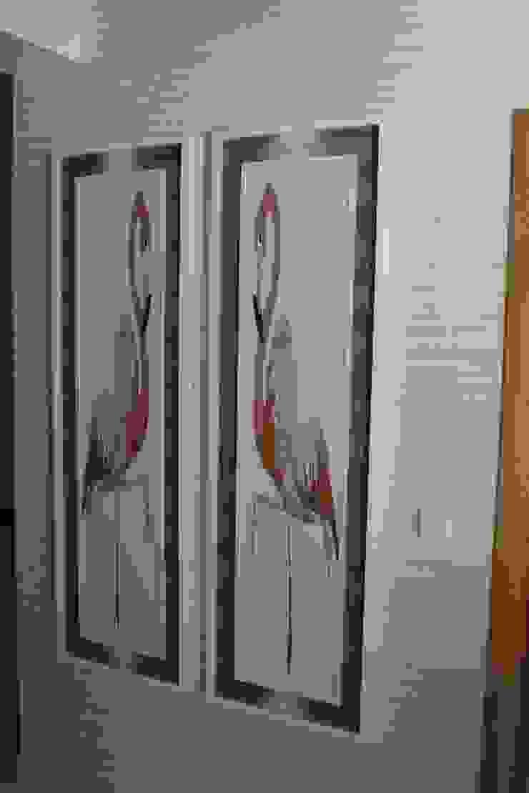 Hall de entrada e corredor by Andreia Louraço Design e Interiores por Andreia Louraço - Designer de Interiores (Contacto: atelier.andreialouraco@gmail.com) Moderno Derivados de madeira Transparente