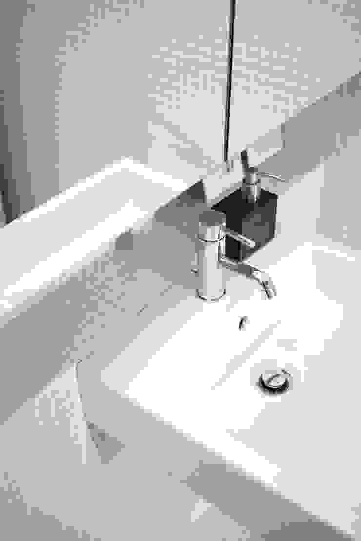 Apartamento BAC Casas de banho modernas por URBAstudios Moderno