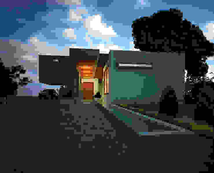 Fachada Principal - Vista de acceso: Casas de estilo  por Gliptica Design, Moderno Madera Acabado en madera