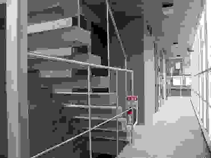 OTTO CUBE オリジナルスタイルの 玄関&廊下&階段 の Unico design一級建築士事務所 オリジナル