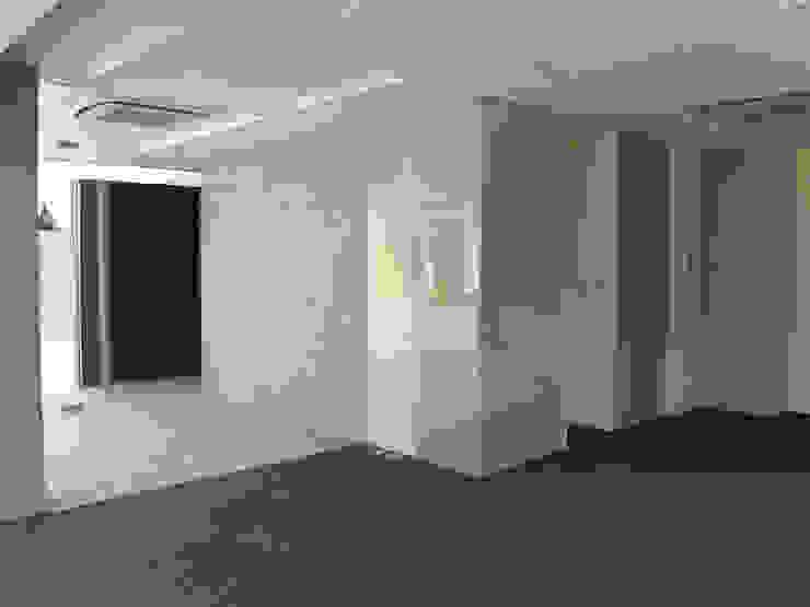 1F事務所スペース モダンなホテル の 古津真一 翔設計工房一級建築士事務所 モダン ガラス
