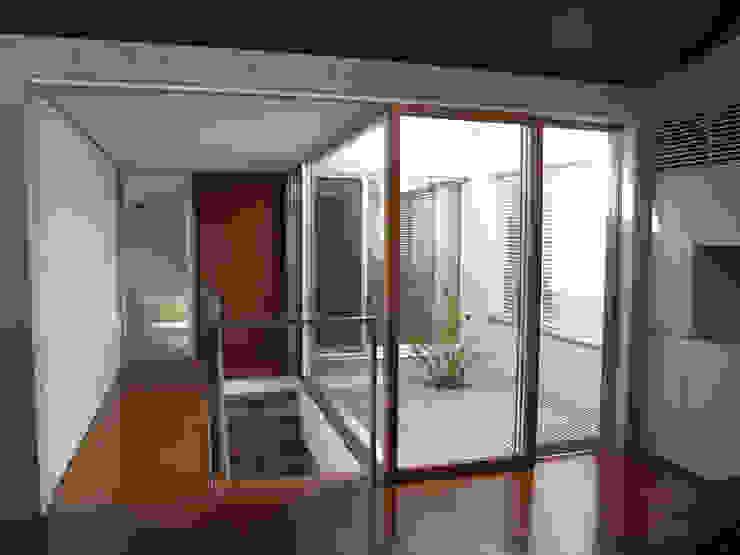 2階LDからグレーチング床の中庭を見る:       古津真一 翔設計工房一級建築士事務所が手掛けた現代のです。,モダン 木 木目調