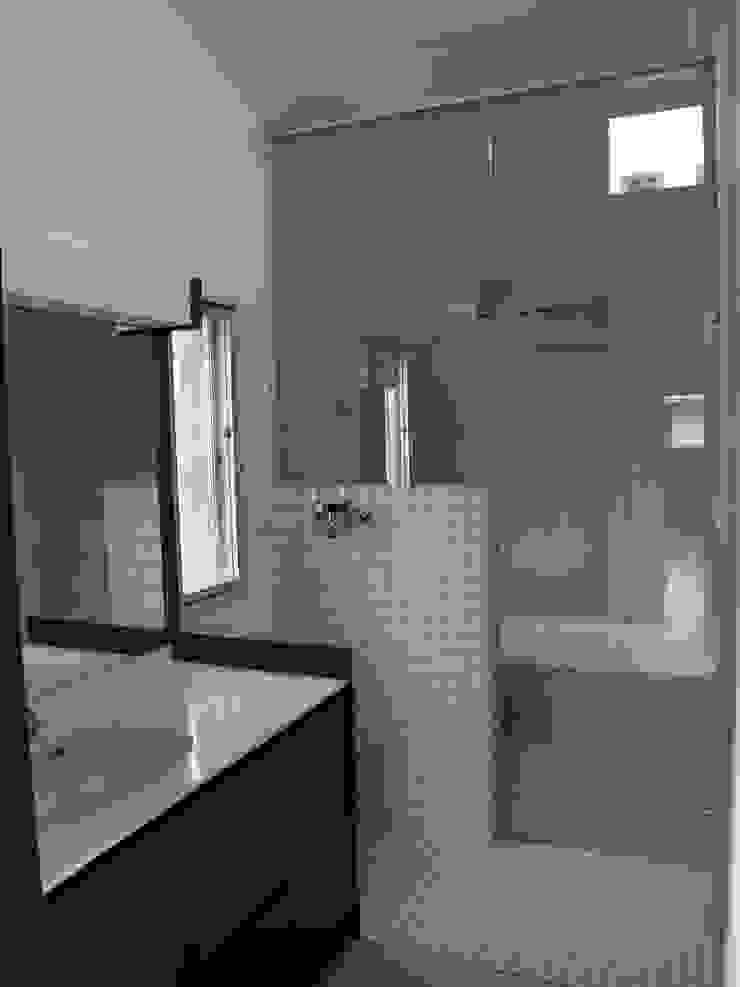 2F洗面から浴室を見る:       古津真一 翔設計工房一級建築士事務所が手掛けた現代のです。,モダン タイル