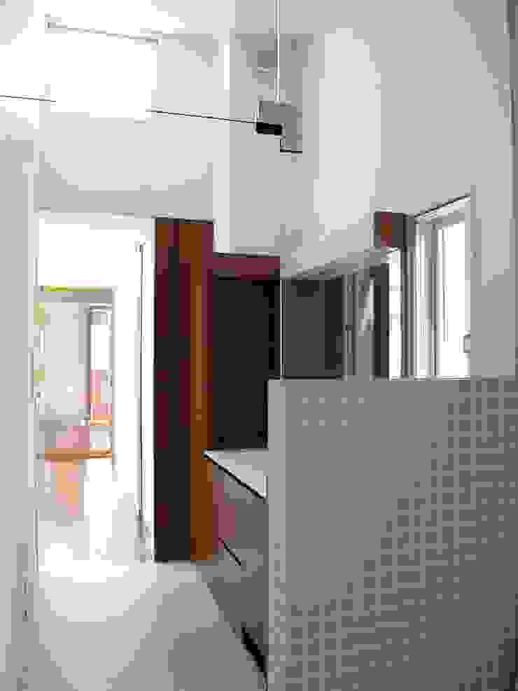 2F浴室から洗面を見る:       古津真一 翔設計工房一級建築士事務所が手掛けた現代のです。,モダン タイル