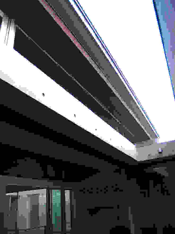 2Fデッキテラスから屋根を見上げる:       古津真一 翔設計工房一級建築士事務所が手掛けた現代のです。,モダン 木 木目調