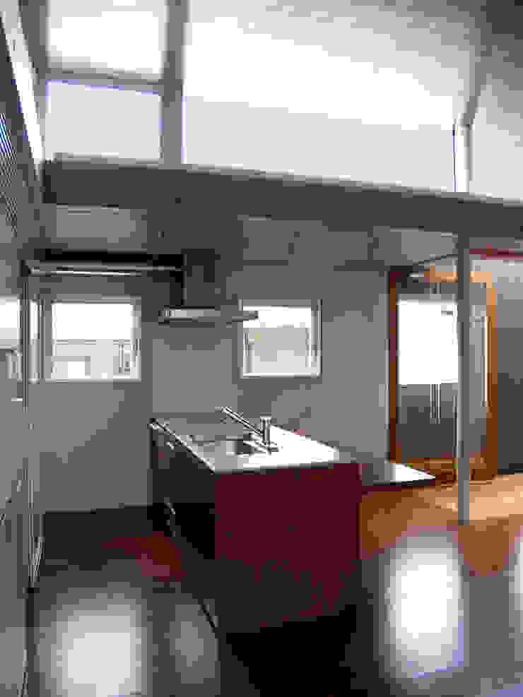 2F キッチン:       古津真一 翔設計工房一級建築士事務所が手掛けた現代のです。,モダン 木 木目調