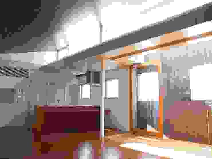2F LDKとデッキテラス:       古津真一 翔設計工房一級建築士事務所が手掛けた現代のです。,モダン