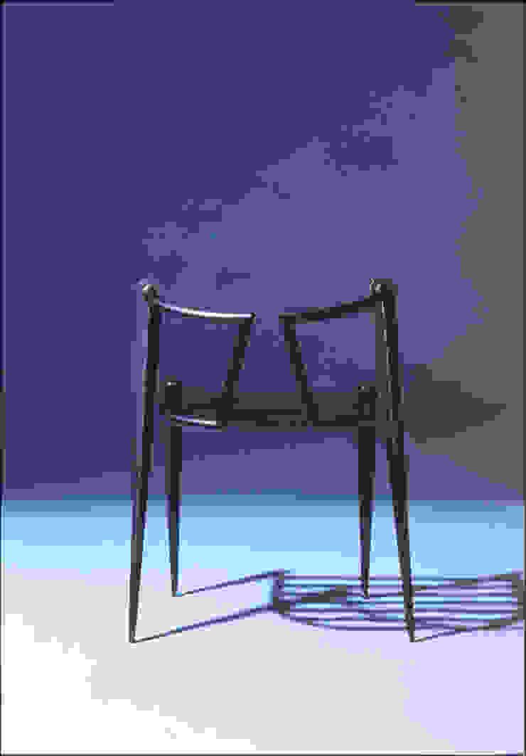 Wolf chair: Guen BERTHEAU-SUZUKI  Co.,Ltd.が手掛けた現代のです。,モダン