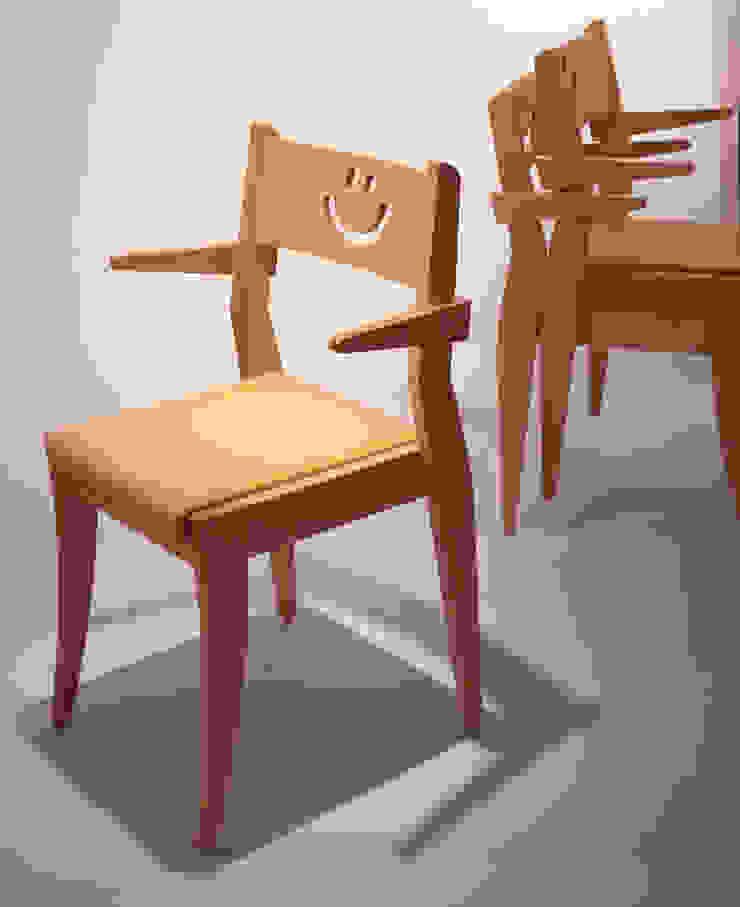 Peace chair: Guen BERTHEAU-SUZUKI  Co.,Ltd.が手掛けた現代のです。,モダン