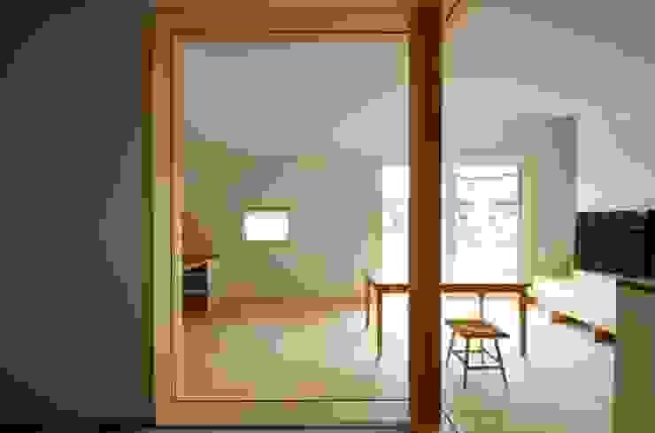 Salones de estilo escandinavo de K+Yアトリエ一級建築士事務所 Escandinavo