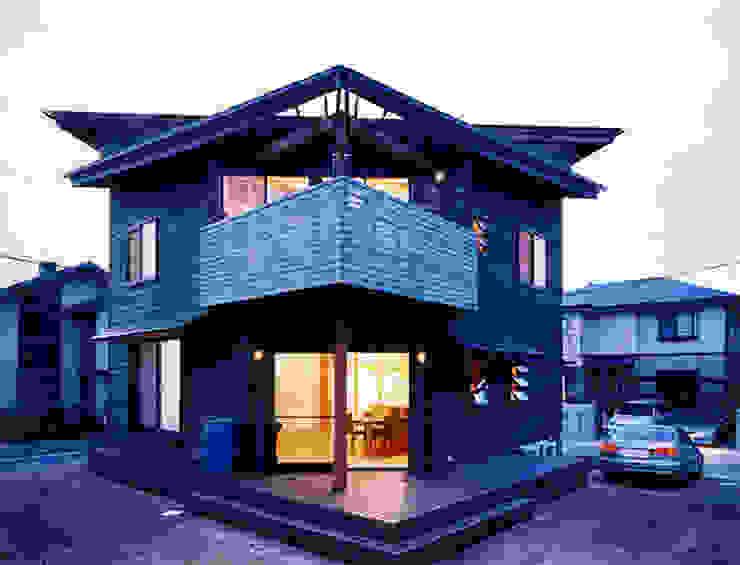 【南側立面(夜景)】 カントリーな 家 の 安達文宏建築設計事務所 カントリー