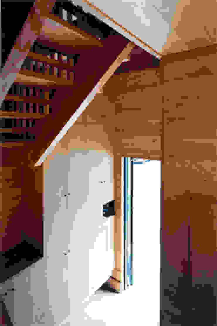 【玄関】 カントリースタイルの 玄関&廊下&階段 の 安達文宏建築設計事務所 カントリー