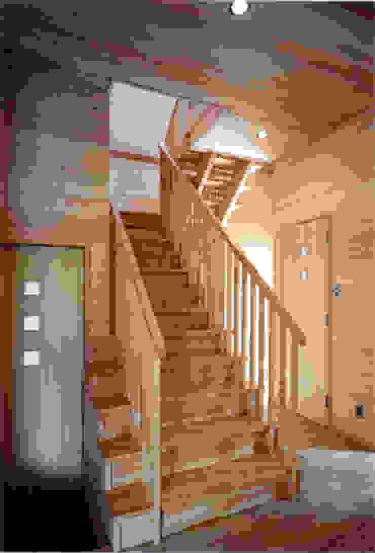 【階段室1階】 カントリースタイルの 玄関&廊下&階段 の 安達文宏建築設計事務所 カントリー