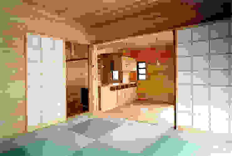 【居間】 和風デザインの リビング の 安達文宏建築設計事務所 和風