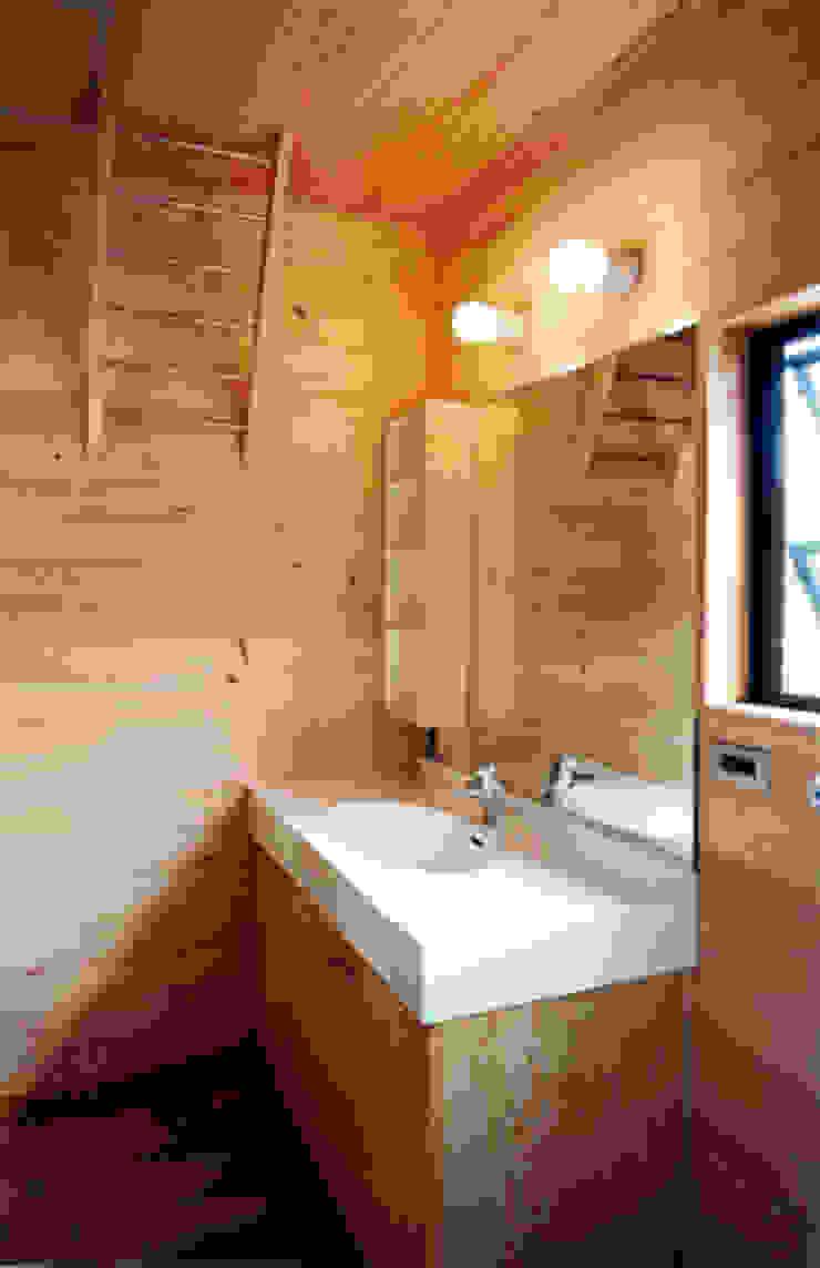 【洗面室】 カントリースタイルの お風呂・バスルーム の 安達文宏建築設計事務所 カントリー