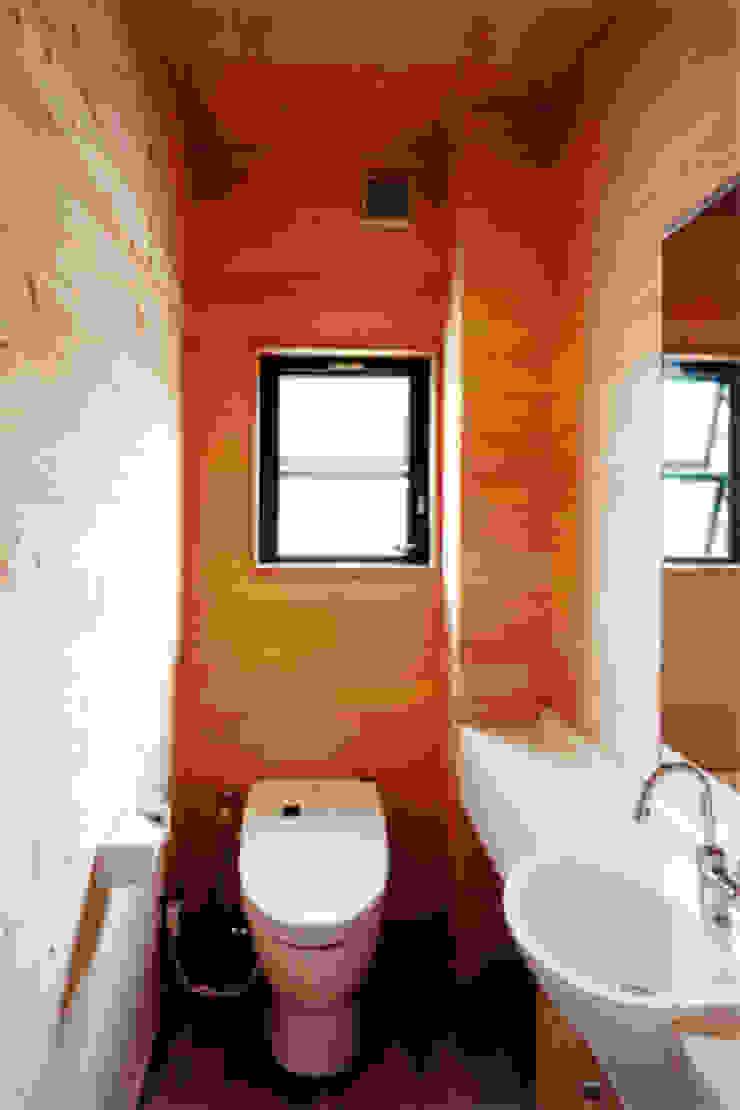 【トイレ】 カントリースタイルの お風呂・バスルーム の 安達文宏建築設計事務所 カントリー