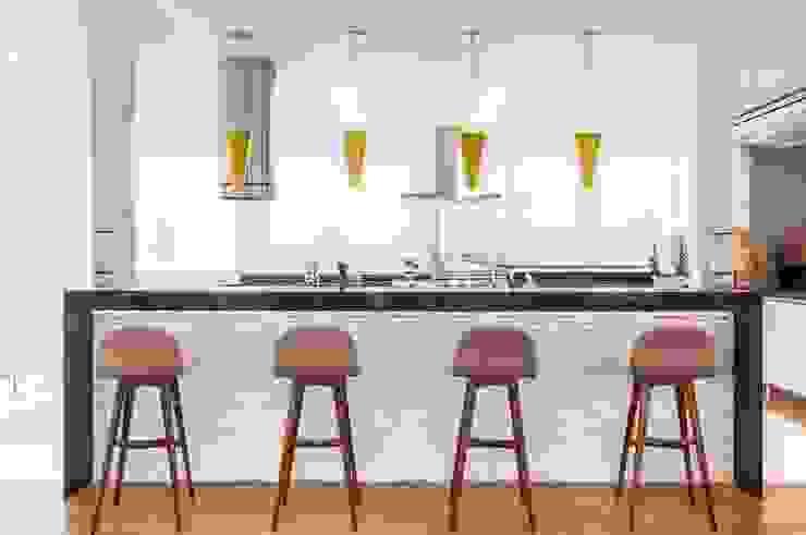 RESIDENCIA FAMILIAR SÃO CONRADO RJ Cozinhas modernas por AR Arquitetura & Interiores Moderno
