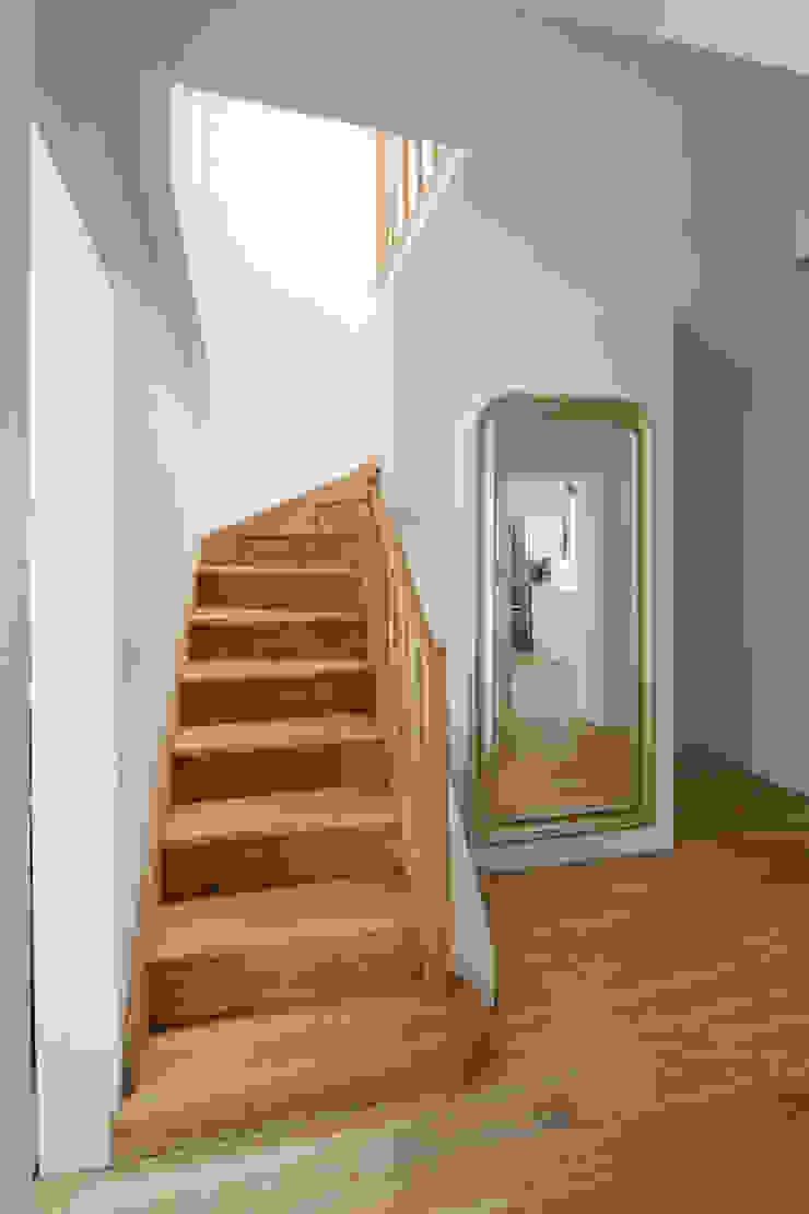 Minimalist corridor, hallway & stairs by Zalewski Architecture Group Minimalist