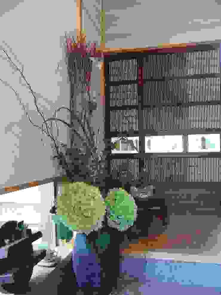 Modern Corridor, Hallway and Staircase by アトリエRAUM一級建築士事務所 Modern