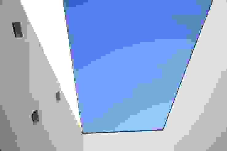Casa Jairson Paredes e pisos minimalistas por ÔCO Ideias e Projectos de Arquitectura Lda Minimalista
