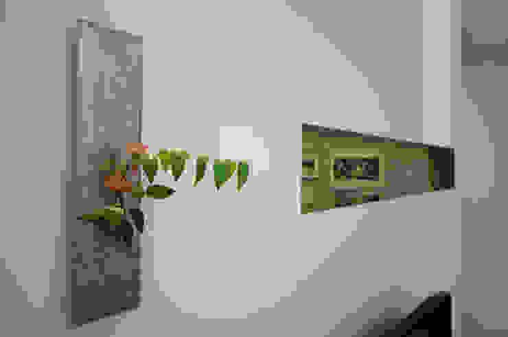 Modern corridor, hallway & stairs by 有限会社トレック建築設計室 一級建築士事務所 Modern