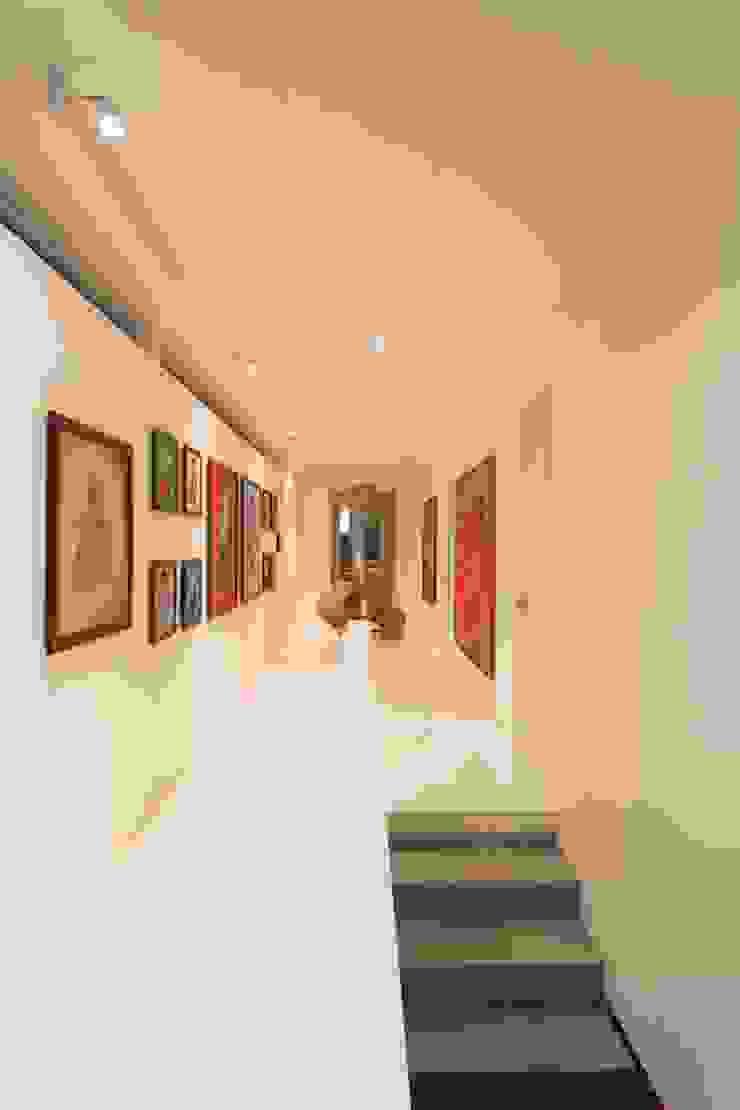 Casa Galeria Pasillos, vestíbulos y escaleras de estilo moderno de Giovanni Moreno Arquitectos Moderno