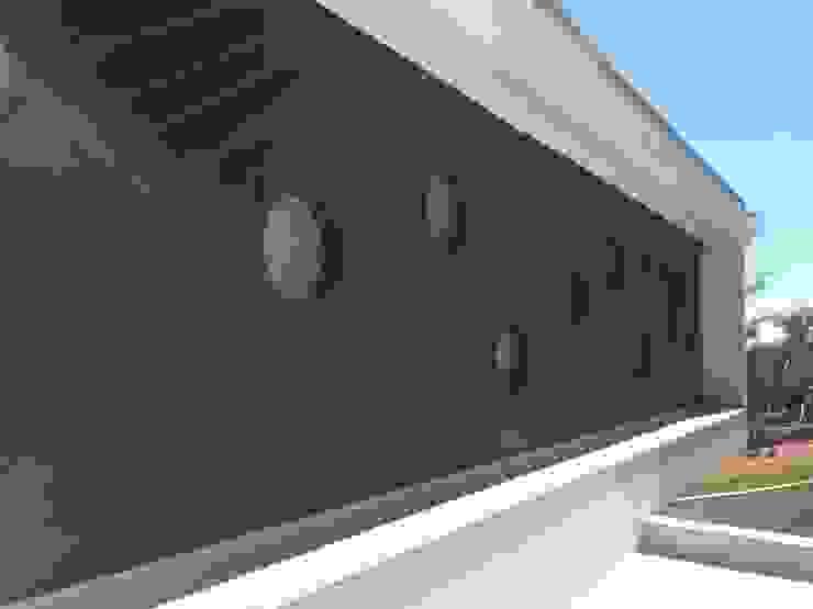 Ecovillage House Paredes e pisos modernos por Sartori Arquitetos Moderno