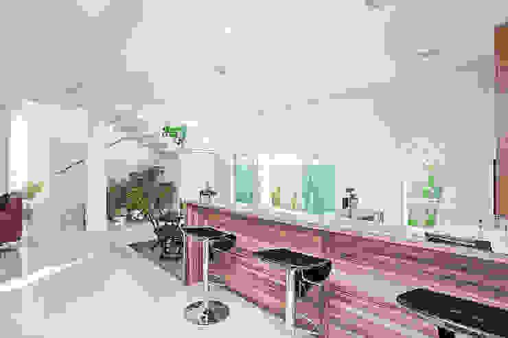 Столовая комната в стиле модерн от Patrícia Azoni Arquitetura + Arte & Design Модерн