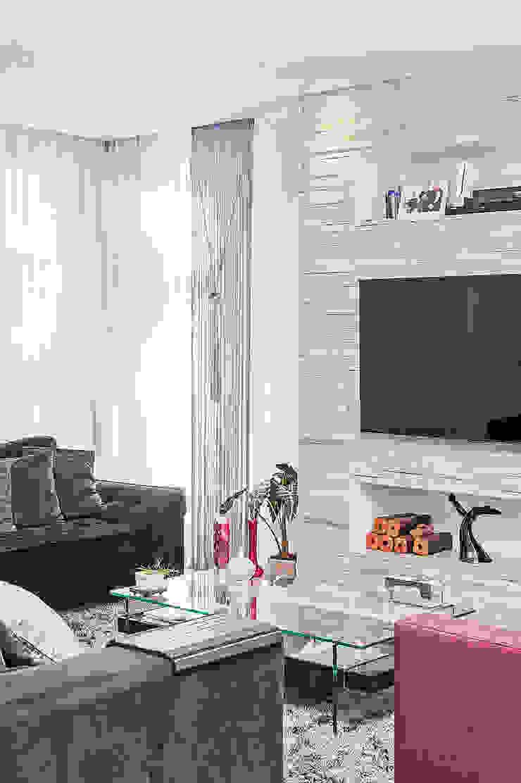 Медиа комната в стиле модерн от Patrícia Azoni Arquitetura + Arte & Design Модерн