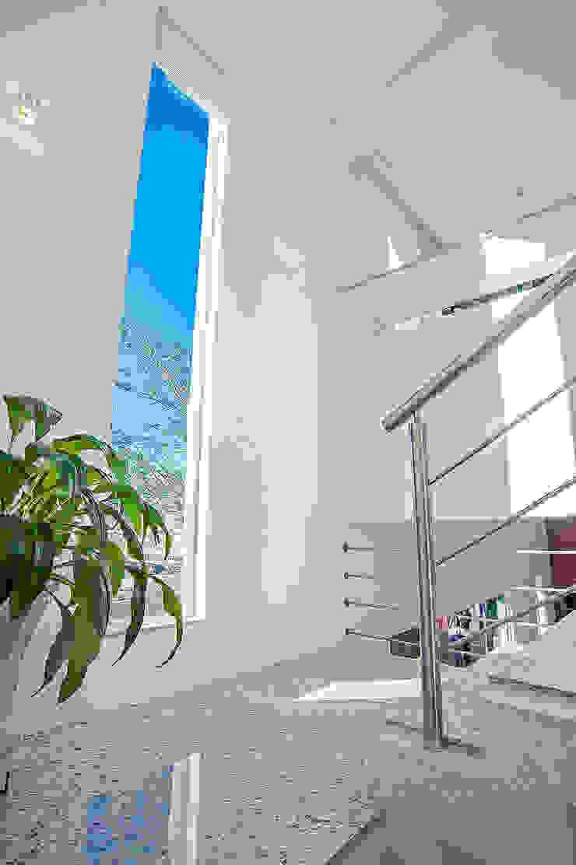 ห้องโถงทางเดินและบันไดสมัยใหม่ โดย Patrícia Azoni Arquitetura + Arte & Design โมเดิร์น