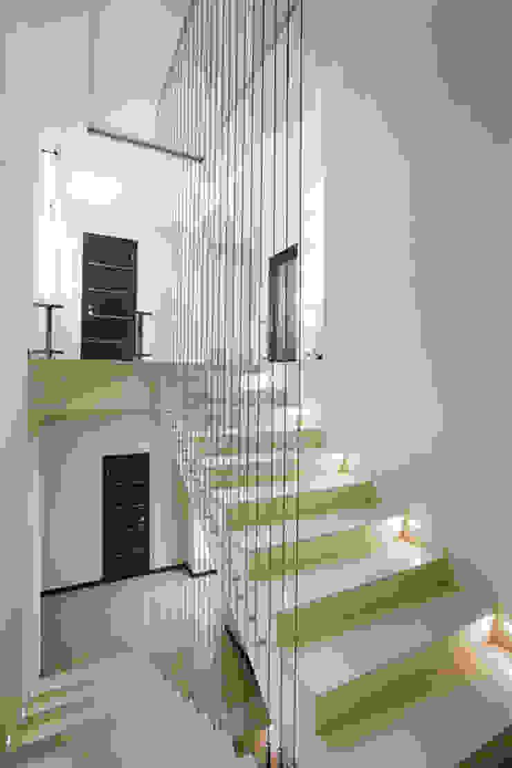 Minimalism Коридор, прихожая и лестница в стиле минимализм от kvartalstudio Минимализм