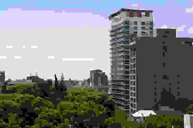 Moderne huizen van Brunzini Arquitectos & Asociados Modern