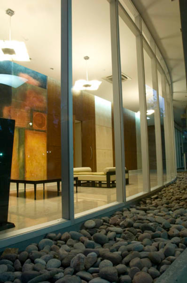 Moderne gangen, hallen & trappenhuizen van Brunzini Arquitectos & Asociados Modern