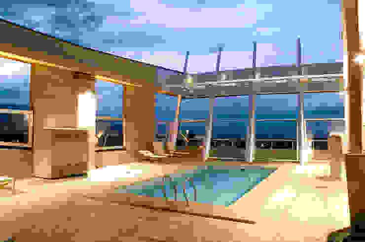 Moderne zwembaden van Brunzini Arquitectos & Asociados Modern
