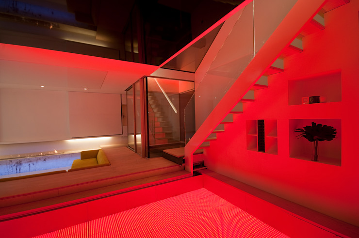 Basement living spaces at Russell Garden Mews โดย IQ Glass UK มินิมัล