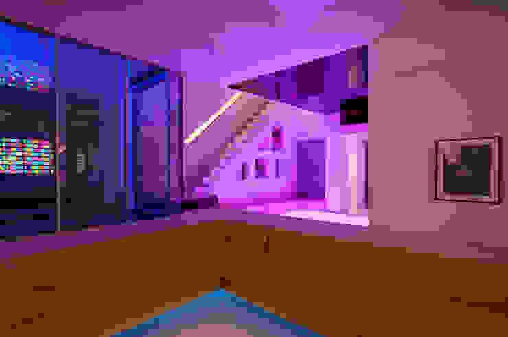 Basement Living at Russell Garden Mews Гостиная в стиле минимализм от IQ Glass UK Минимализм